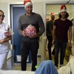I giocatori della Pro Recco consegnano regali ai bambini del Gaslini